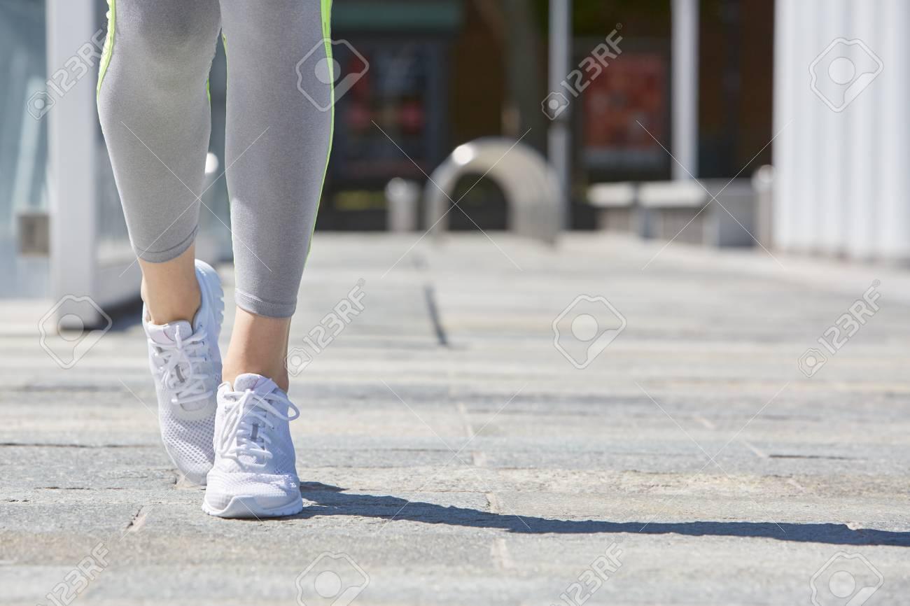 b2118fb96d00 Et Femme Dans Chaussures Avec Ville Survêtement Sport De Des La XXpwH