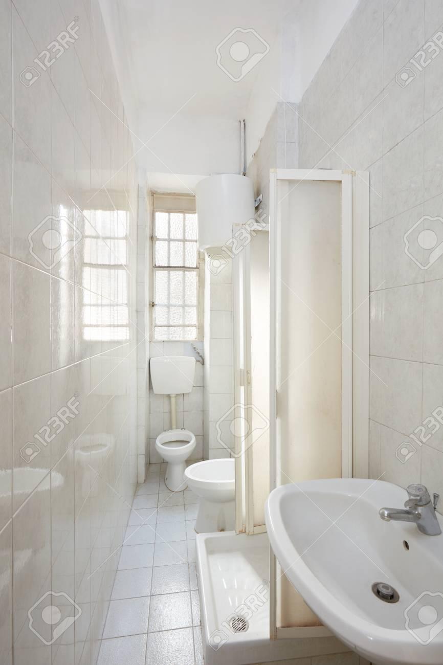 Alte Badezimmer Interieur Mit Fliesenboden Und Wanden Lizenzfreie Fotos Bilder Und Stock Fotografie Image 93385212