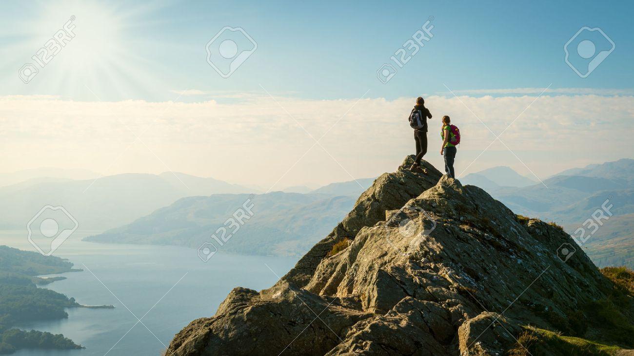 女性ハイカー 2 谷の眺めを楽しみながら山の頂上にベン A の写真素材 ...
