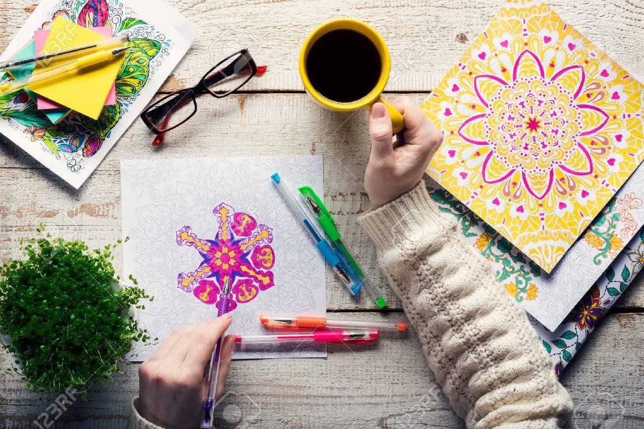 女性の大人の塗り絵新しいストレス緩和傾向マインドフルネスの概念