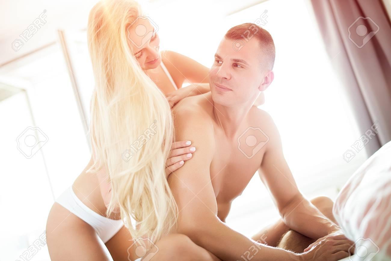 Giovani coppie sensuali nella loro camera da letto guardando amorevolmente  a vicenda, concetto di sesso
