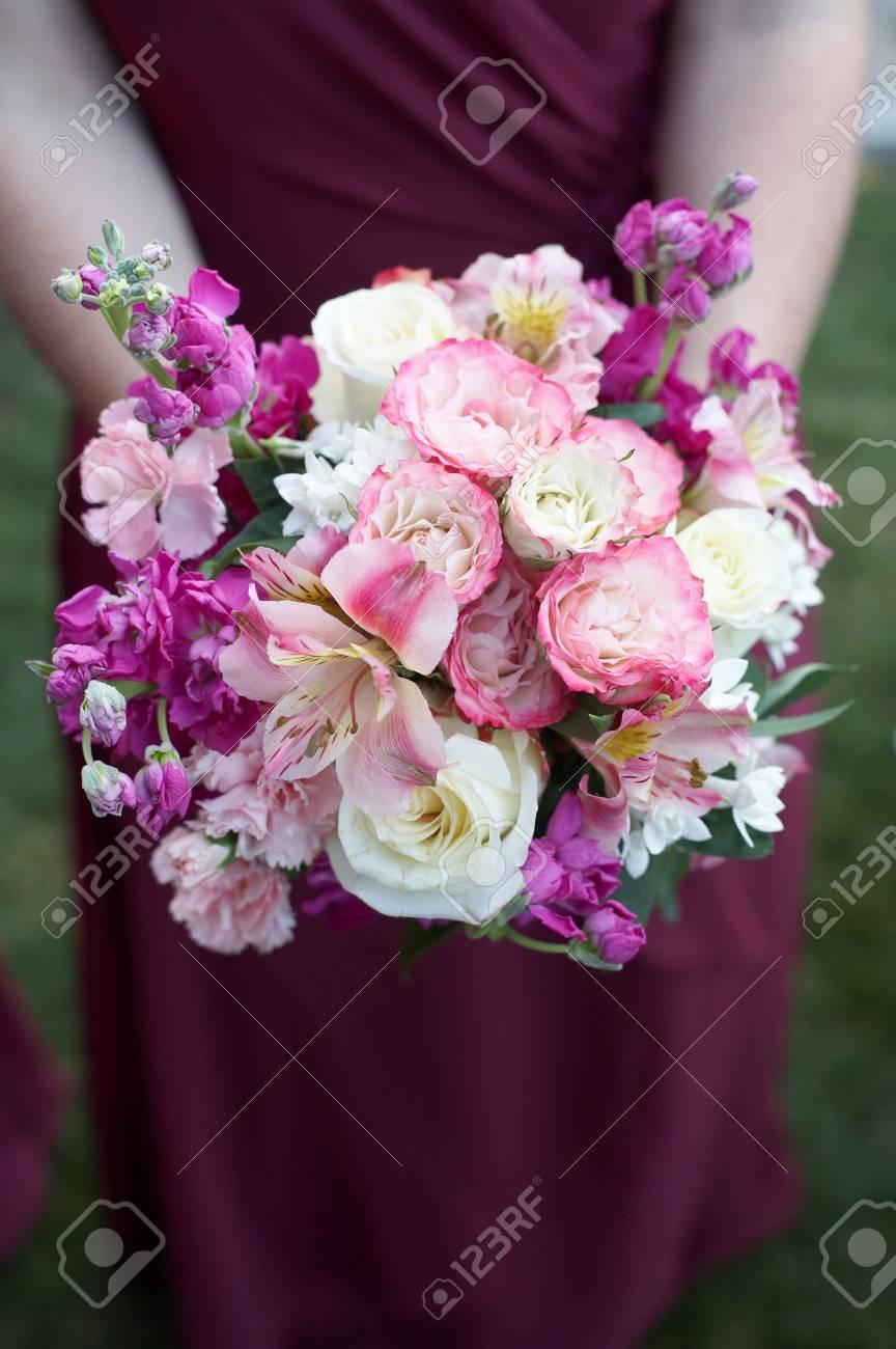 Dama De La Celebración De Colorido Bouquet De Bodas En Contra De ...
