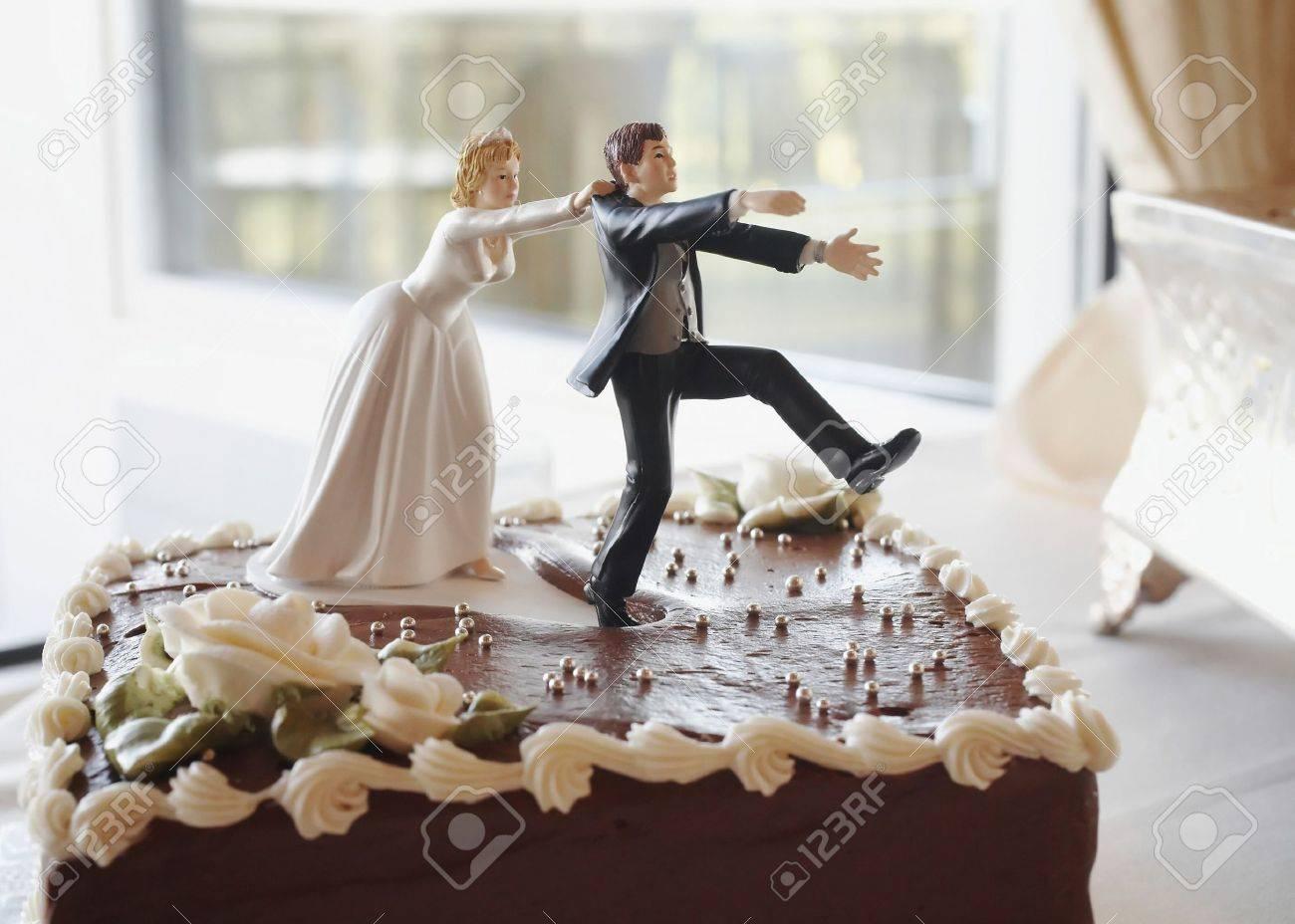 Funny Hochzeitstorte Oben Braut Brautigam Jagd Lizenzfreie Fotos