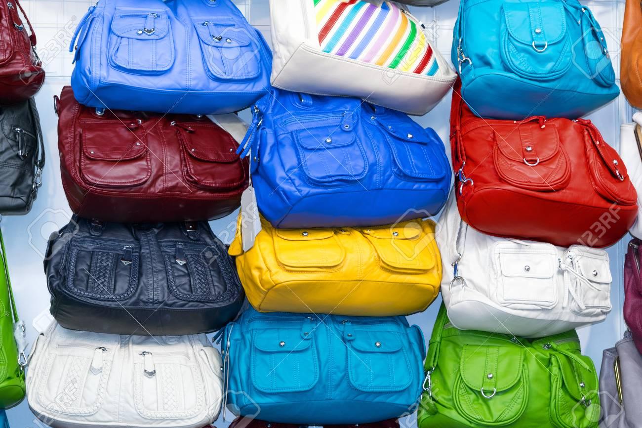 meilleur service 948de 76745 Beaucoup de sacs à main en cuir de différentes couleurs et tailles avec des  poches et des fermoirs en métal. Couleurs sacs à main noir, bleu, rouge, ...