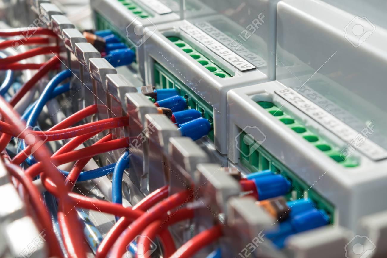 Im Kabelkanal Verlegtes Elektrisches Kabel Ist Mit Den ...