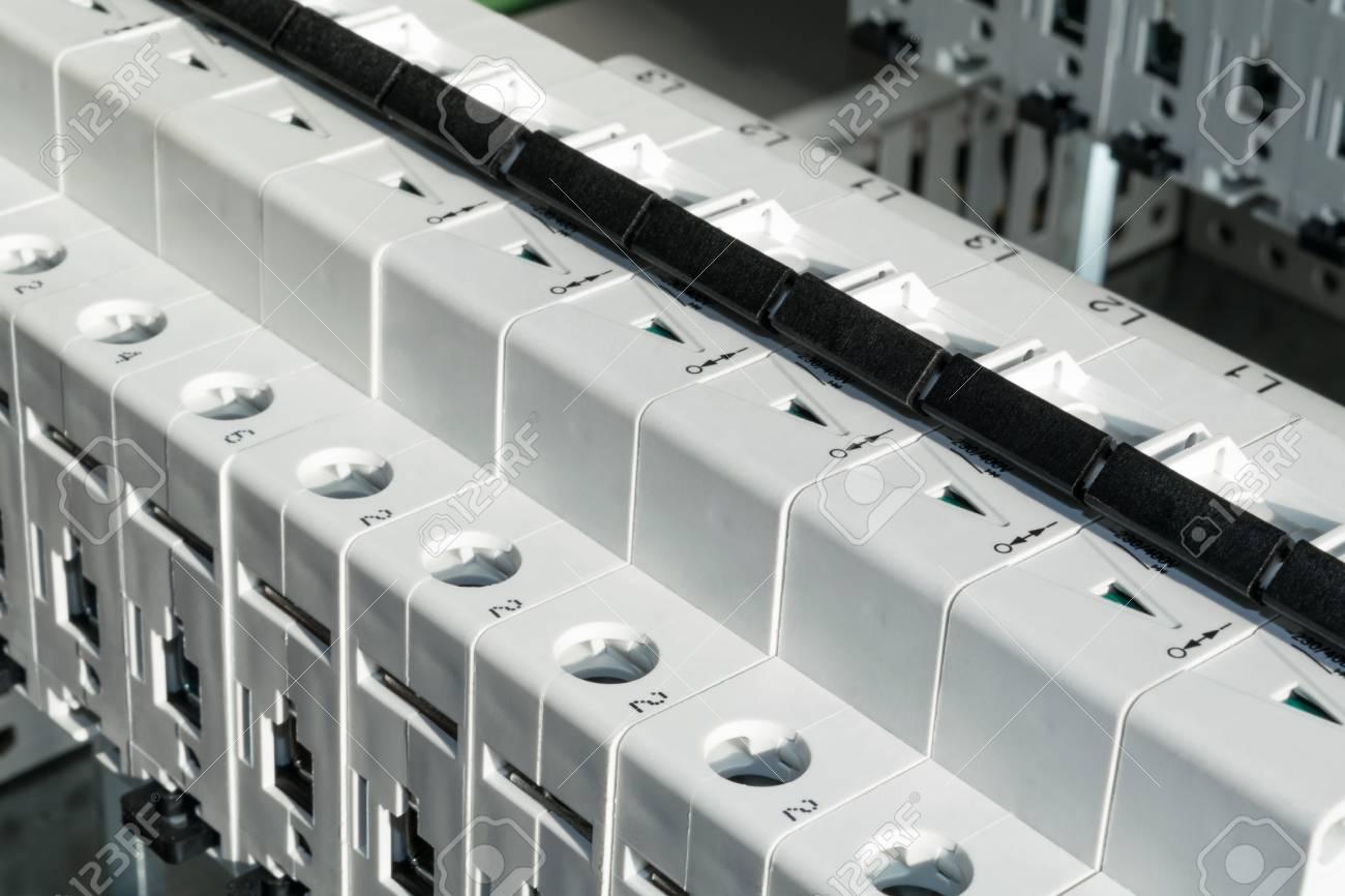 Modulare Schutzschalter Im Schaltschrank Installiert. Produktion Von ...