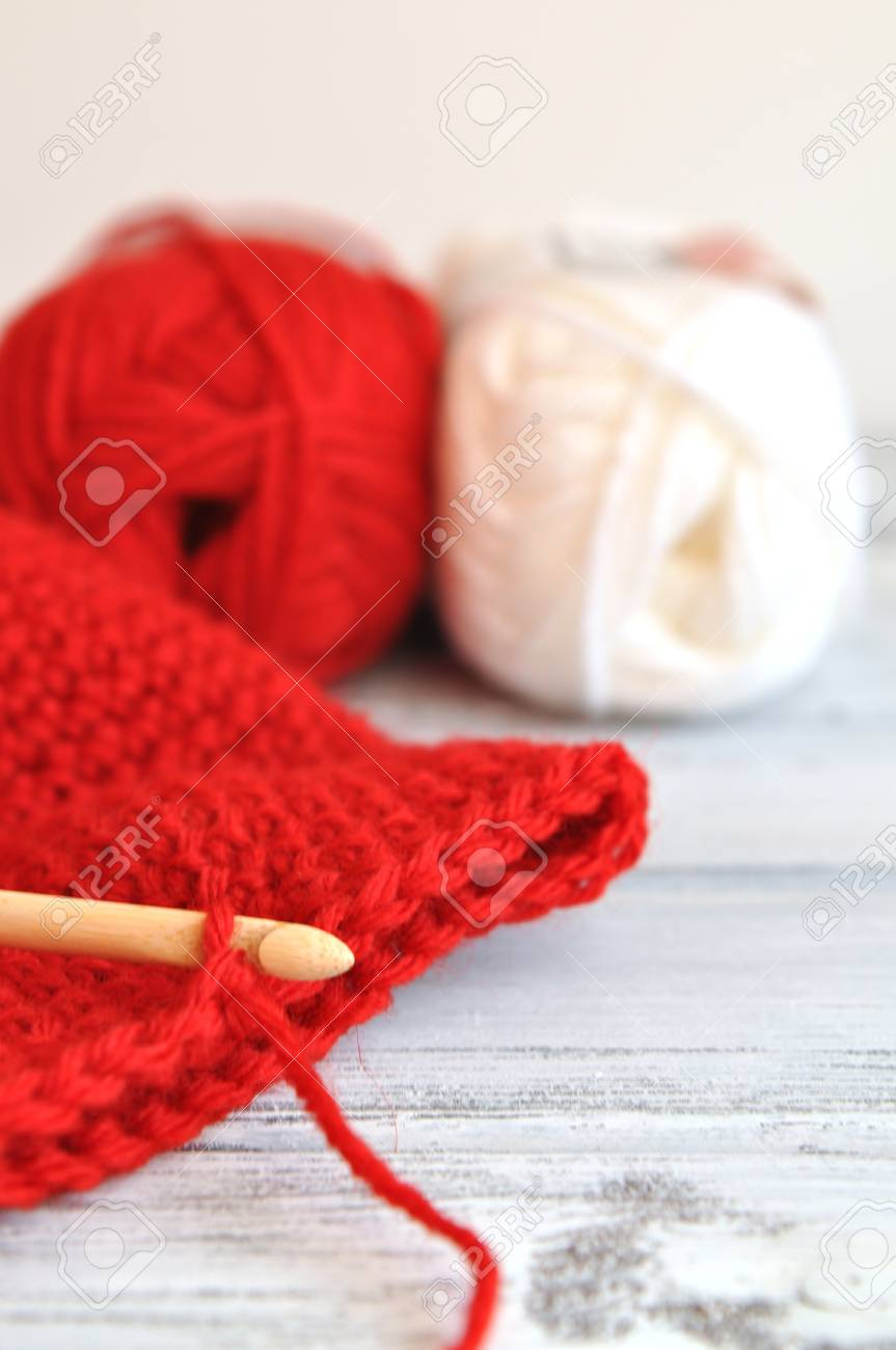 Häkeln Für Weihnachten Mit Roten Und Weißen Faden Lizenzfreie Fotos