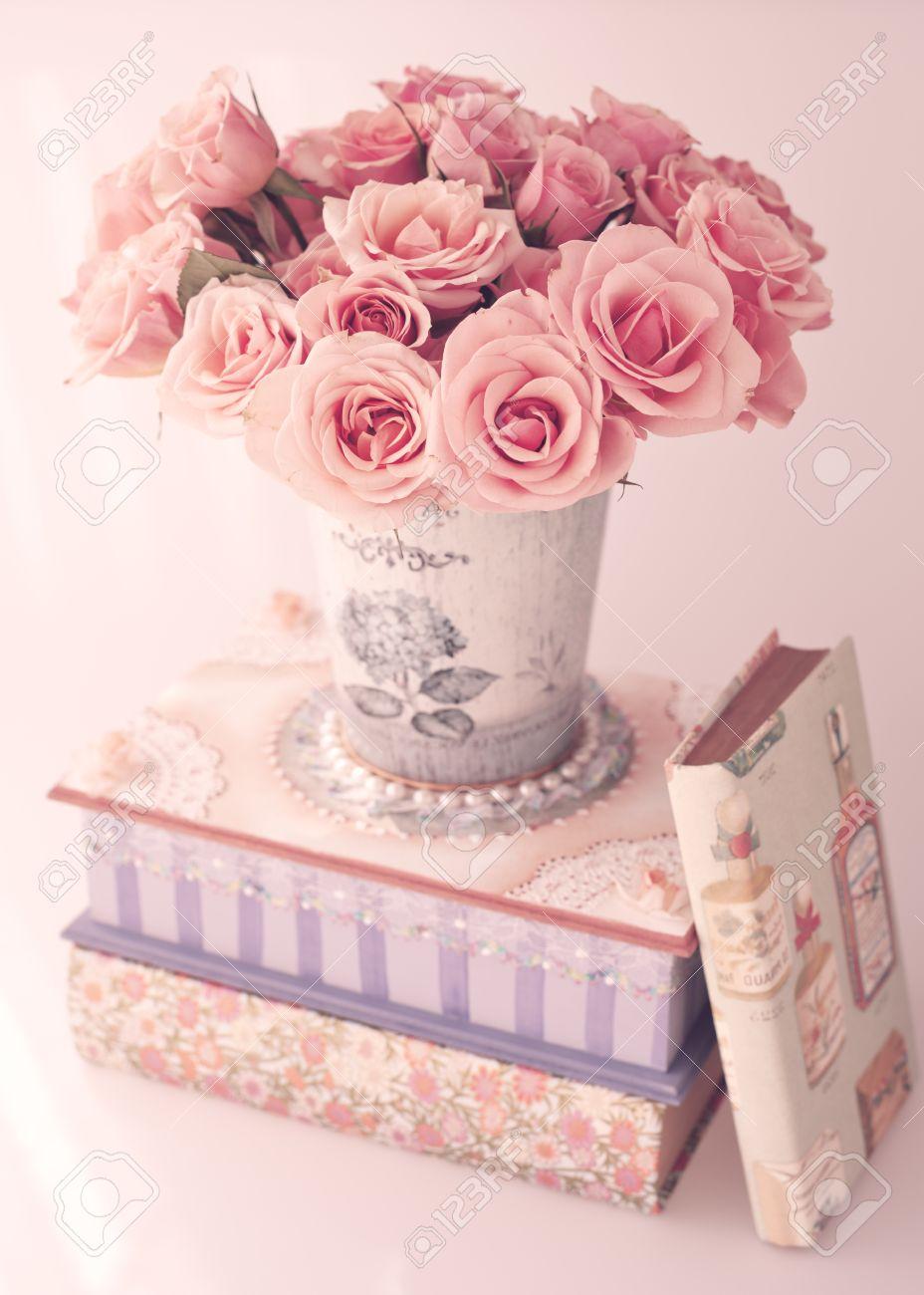 roses anciennes dans un vase sur une boîte girly et livres banque d