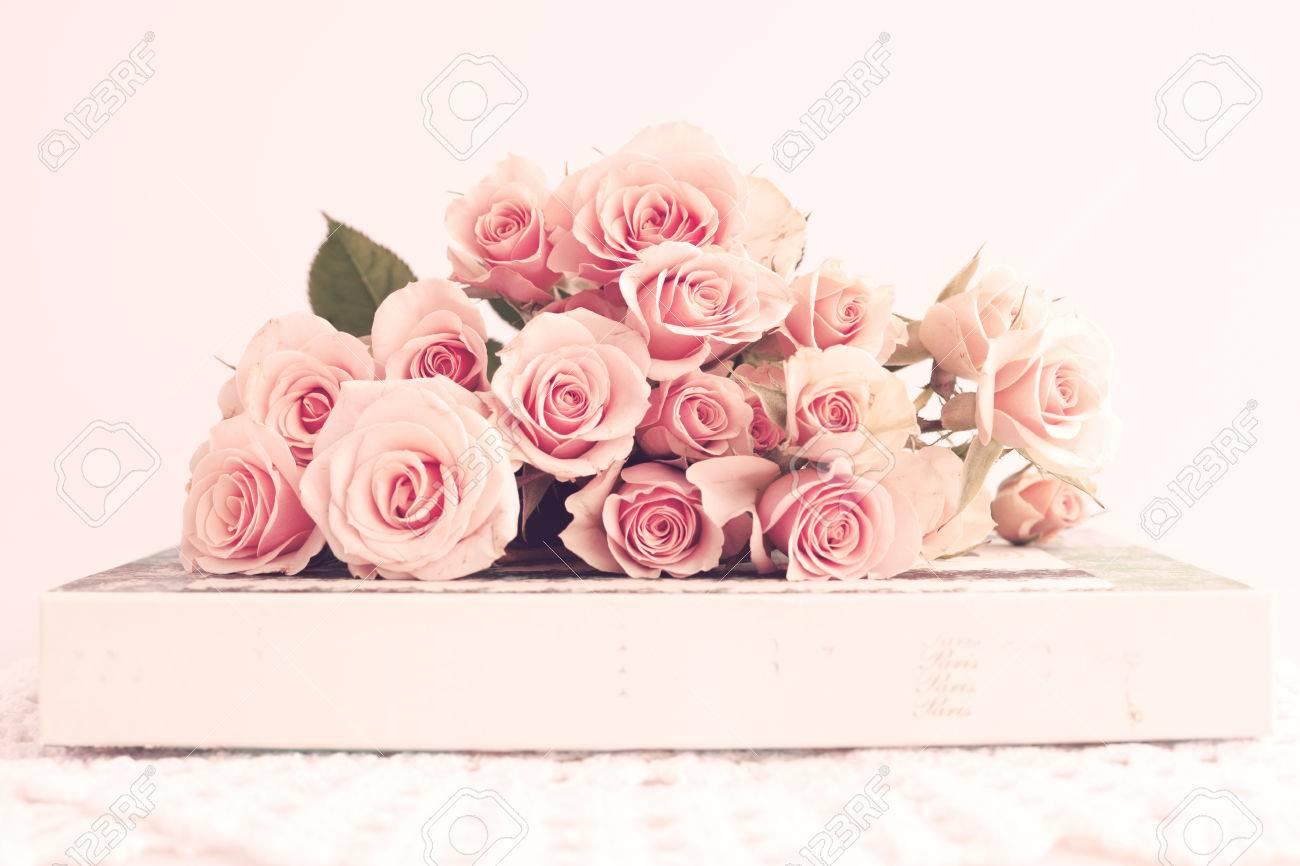 bouquet de roses anciennes sur une boîte banque d'images et photos