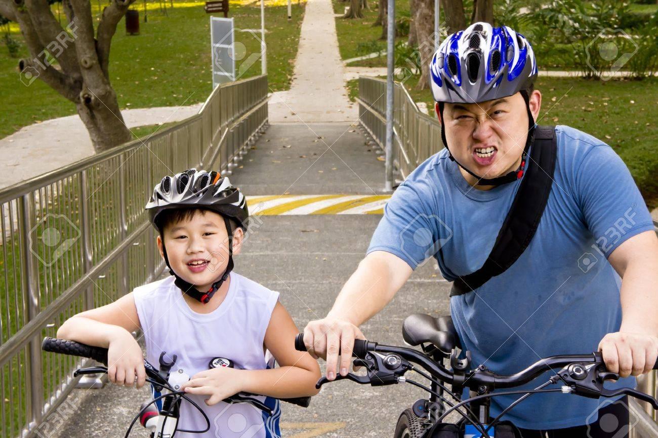 Asian Vater und Sohn Radfahrer bereit für ihre Rad-Abenteuer Standard-Bild - 12600563