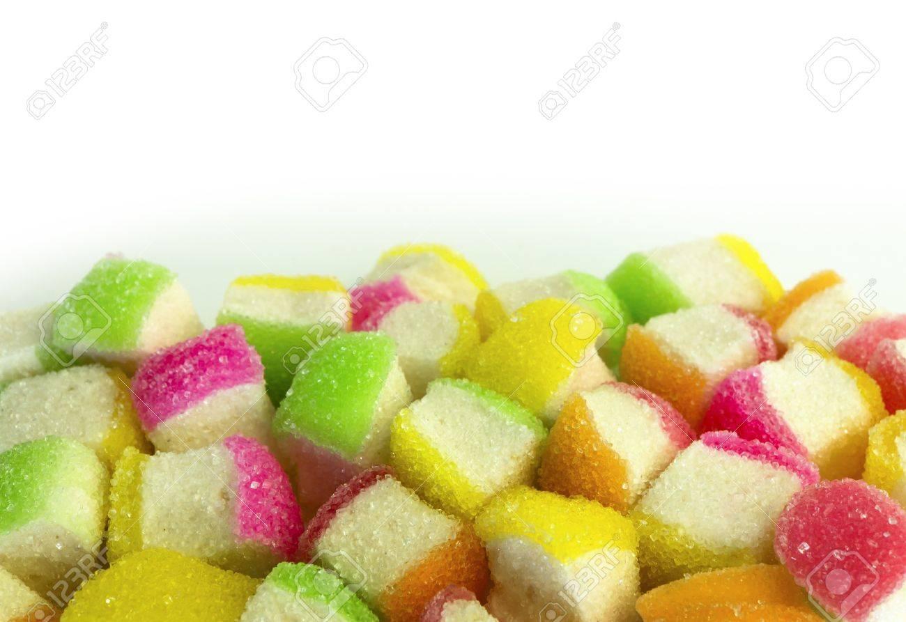 Un mucchio di colorate morbide caramelle gommose di zucchero rivestite dolci su bianco Archivio Fotografico - 12681080