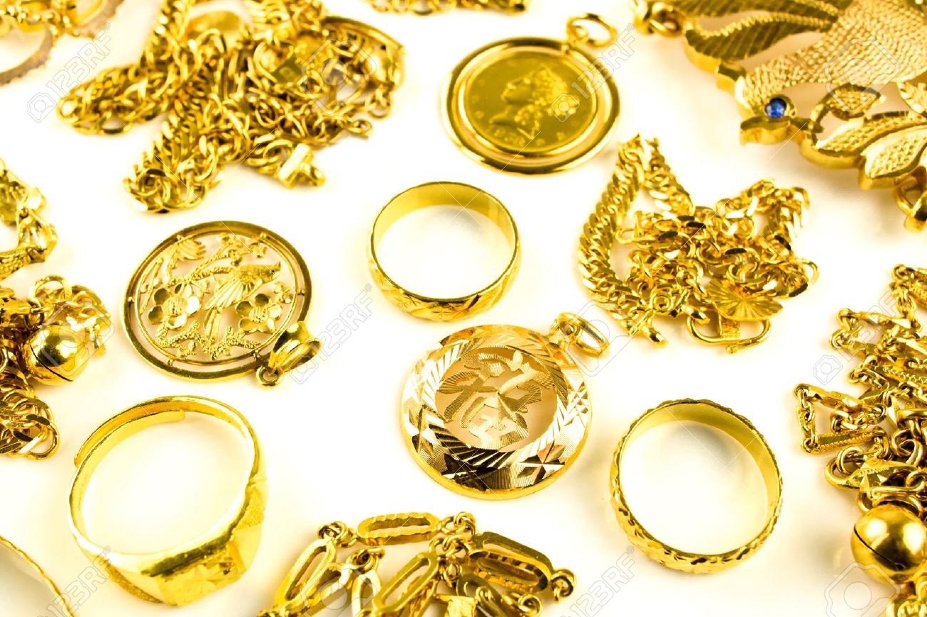 Close up of Gold in varies jewelry form on white isolated background Standard-Bild - 13233156