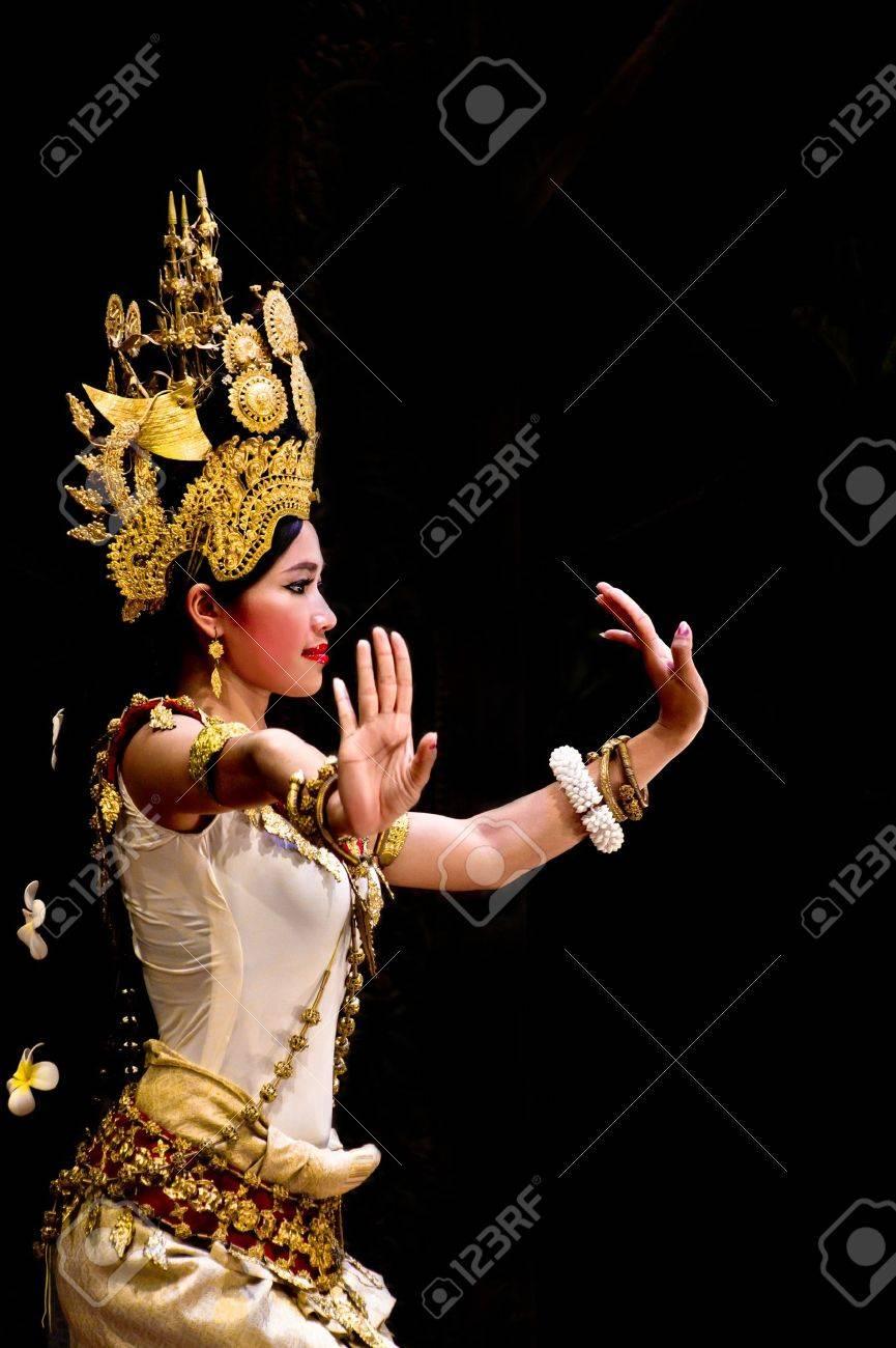 SIEM REAP, CAMBODIA - May 2012  A traditional Khmer Cambodian female dancer in Apsara dance pose against black Standard-Bild - 14145564