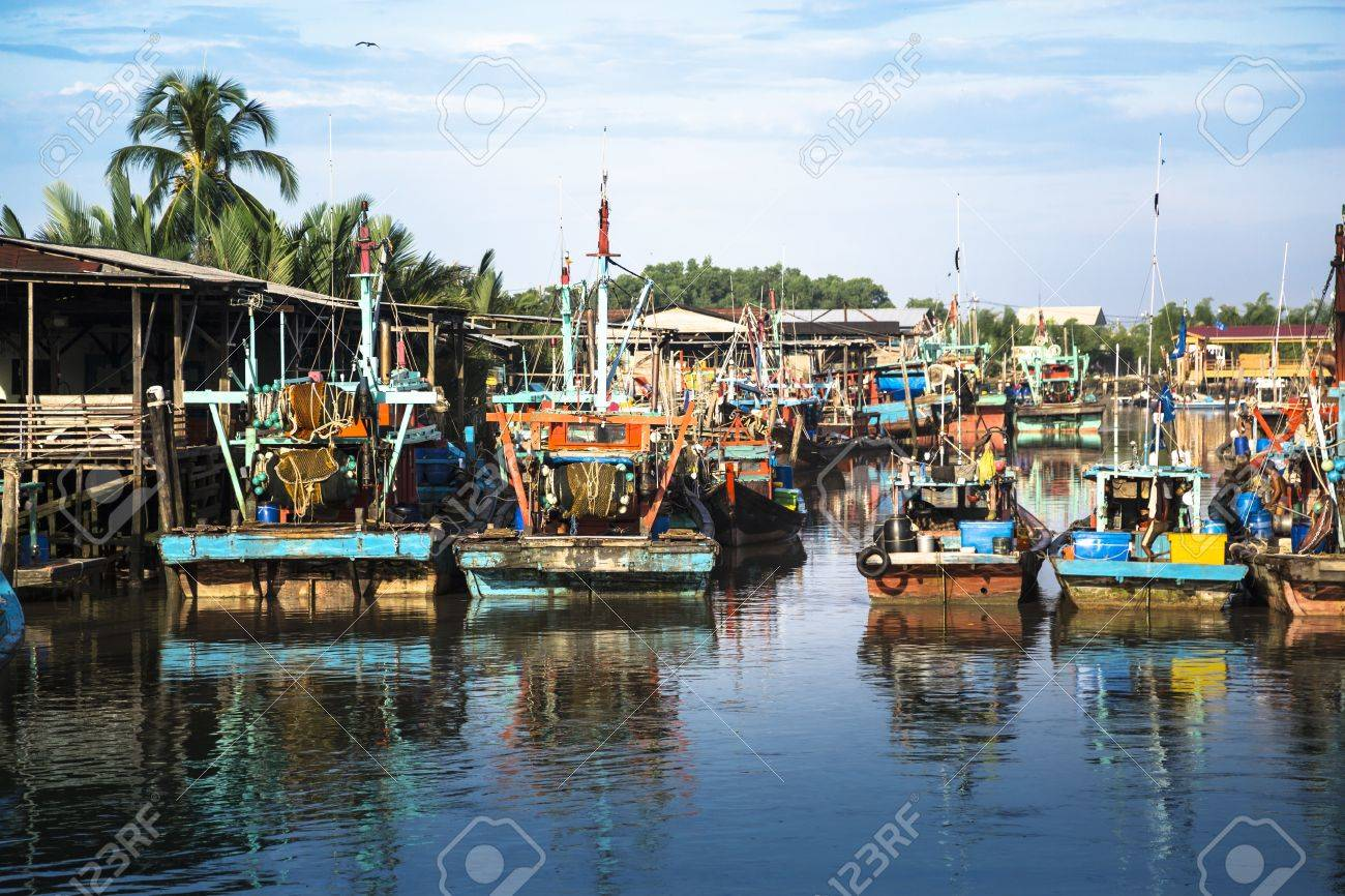 Ein Schuss von bunten chinesischen Fischerboot ruht in einem chinesischen Fischerdorf-Sekinchan, Malaysia Standard-Bild - 20177591