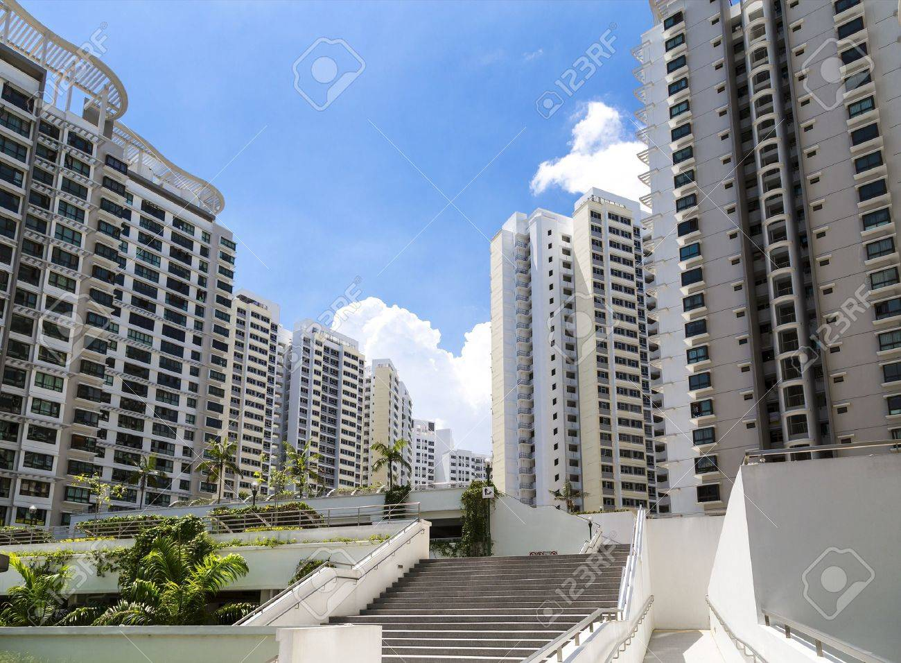 A new estate with neighborhood facities and carpark at the center- Singapore Standard-Bild - 20738109