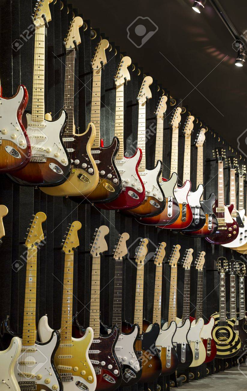 A wall of Electric Guitars in display for sale. Standard-Bild - 21647815