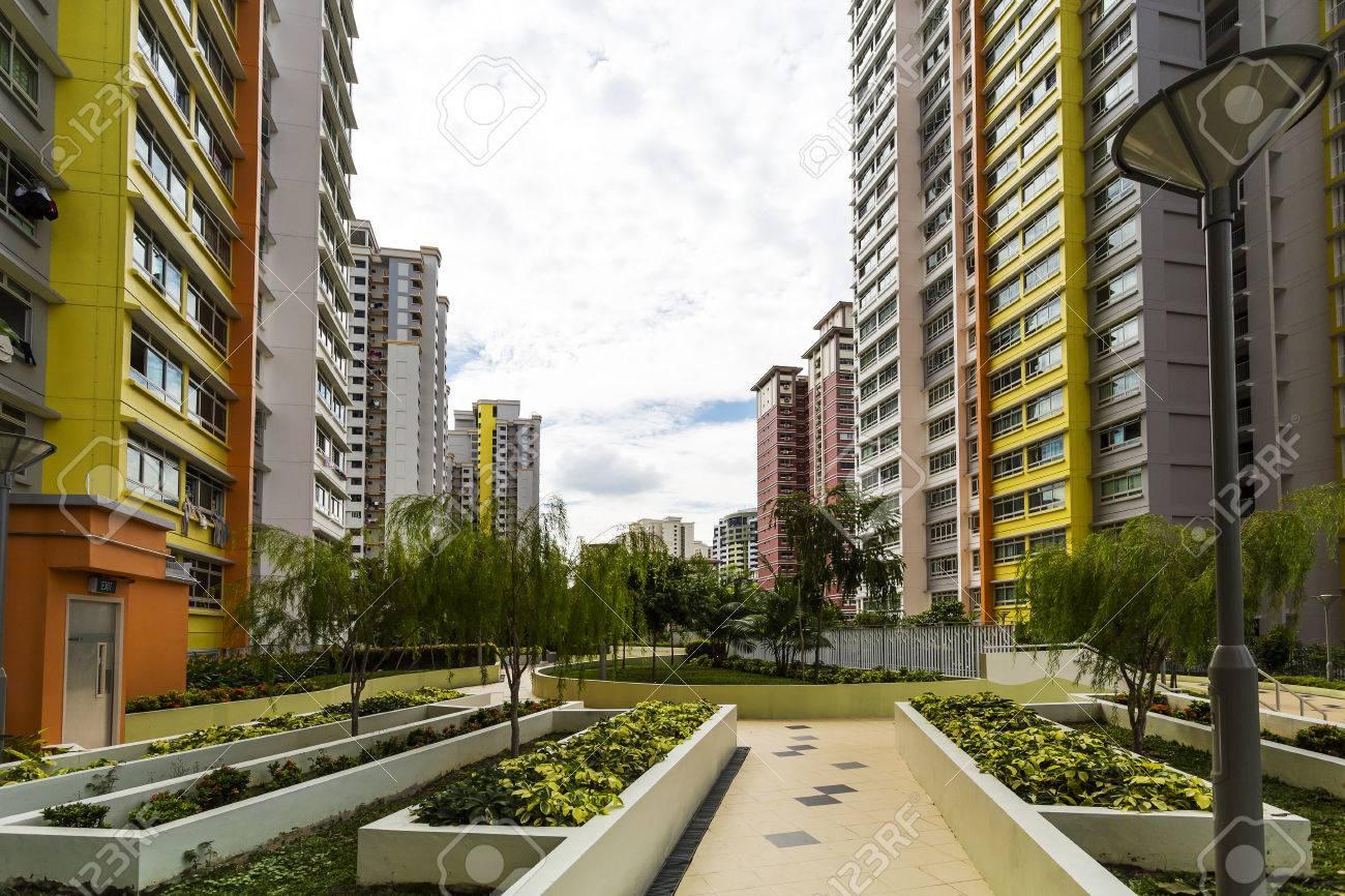 Ein Pfad führt zu einem neuen bunten Nachbarschaft Immobilien aus dem Garten Standard-Bild - 22399306