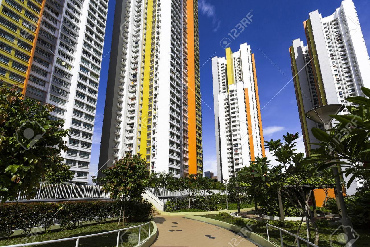 Ein Pfad führt zu einem neuen bunten Nachbarschaft Immobilien aus dem Garten Standard-Bild - 22399308