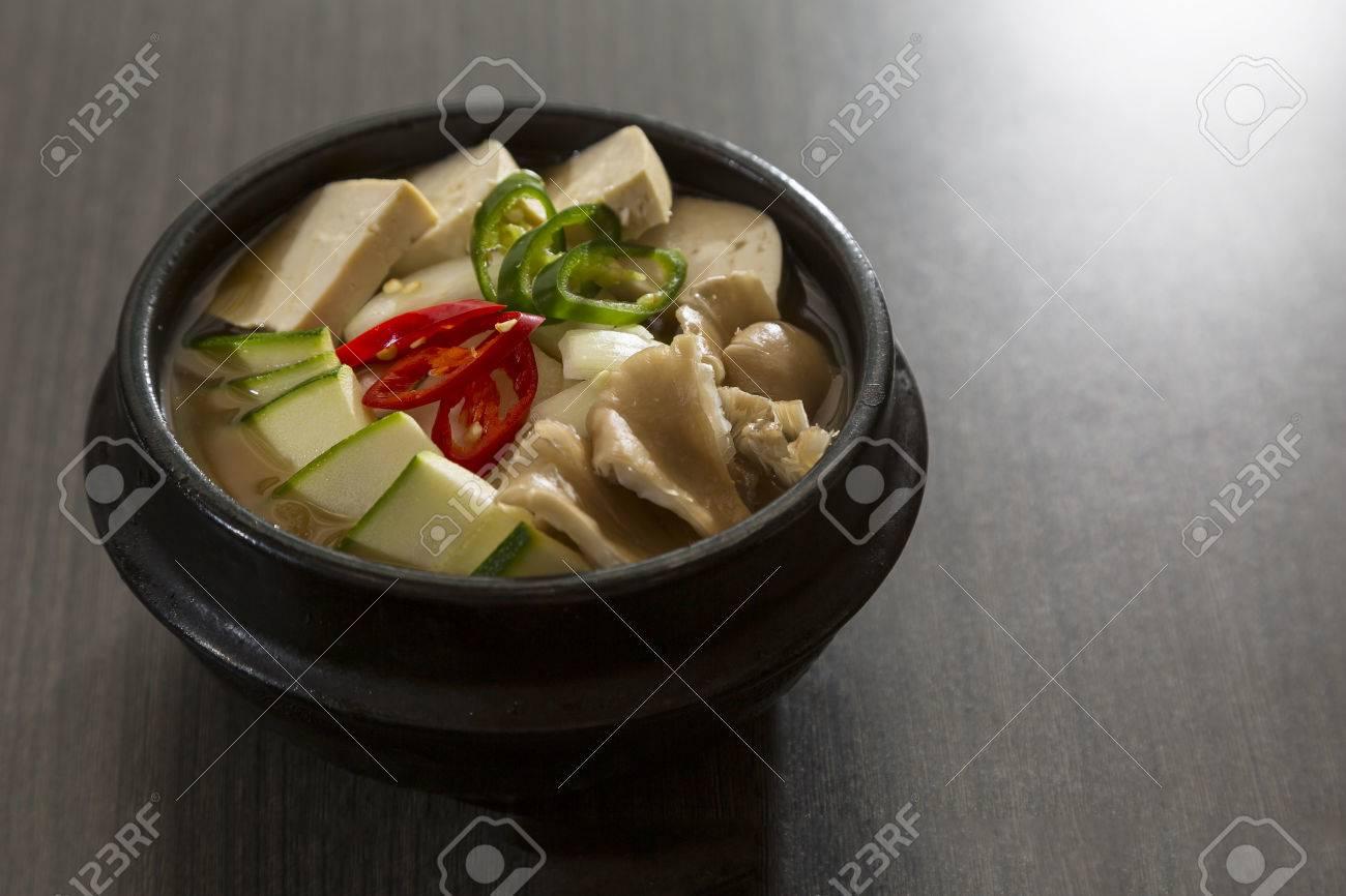 Ein beheizter Stein Schüssel Schüssel koreanisch vegetarisches Essen Standard-Bild - 22874586