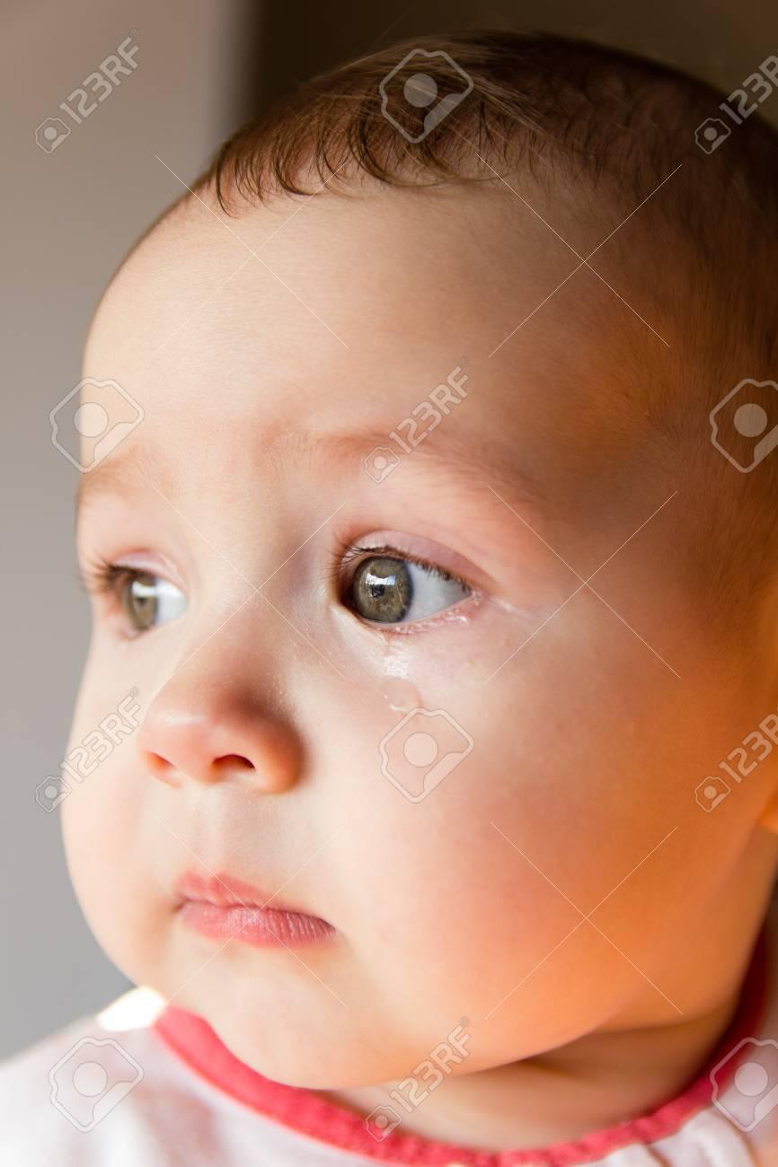 Trauriges Gesicht Baby Eine Trane Im Gesicht Lizenzfreie Fotos