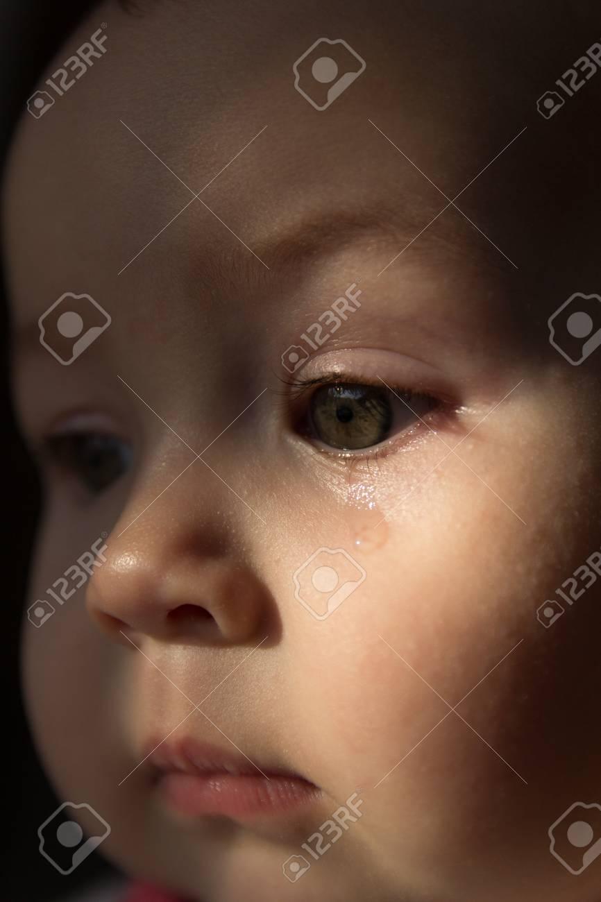 Trauriges Gesicht Baby Ein Trane Auf Dem Gesicht Lizenzfreie Fotos