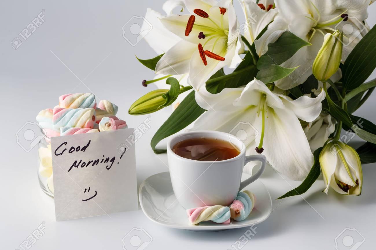 Frühstückskonzept. Tasse Tee, Weiße Lilie Und Guten Morgen ...