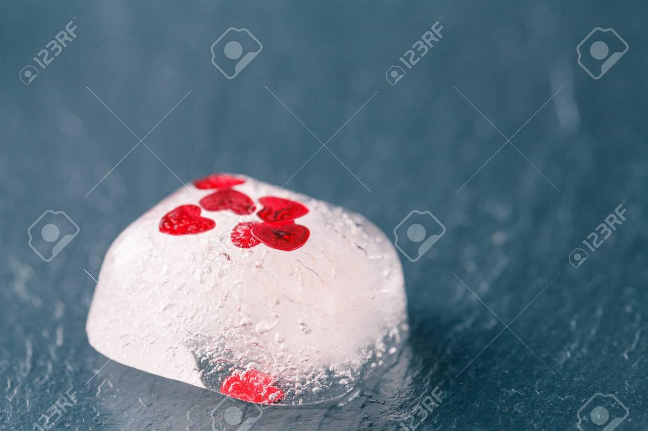 Corazón Congelado De Color Rojo Como Símbolo De Amor Congelado ...