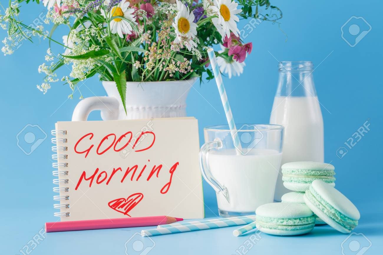 Desayuno Con Wildflowera Dulces Y Frase De Escritura A Mano Buenos Días