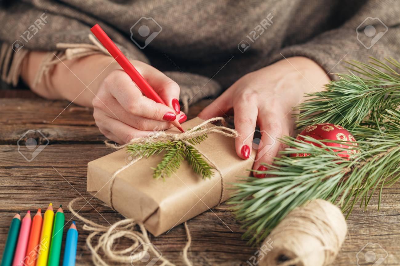Weihnachtshintergrund. Ansicht Der Hände, Die Auf Geschenkbox ...