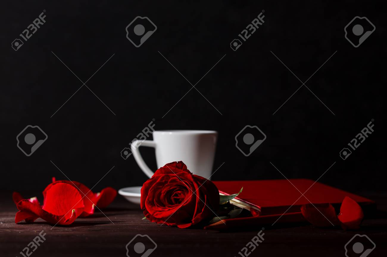 Immagini Stock Bella Rosa Rossa Su Sfondo Nero Con Caffè Image