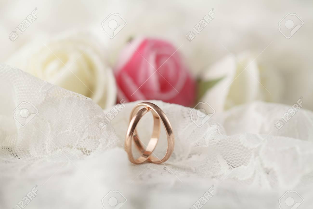 Paar Hochzeit Ringe Mit Rosen Fur Hintergrundbild Lizenzfreie Fotos