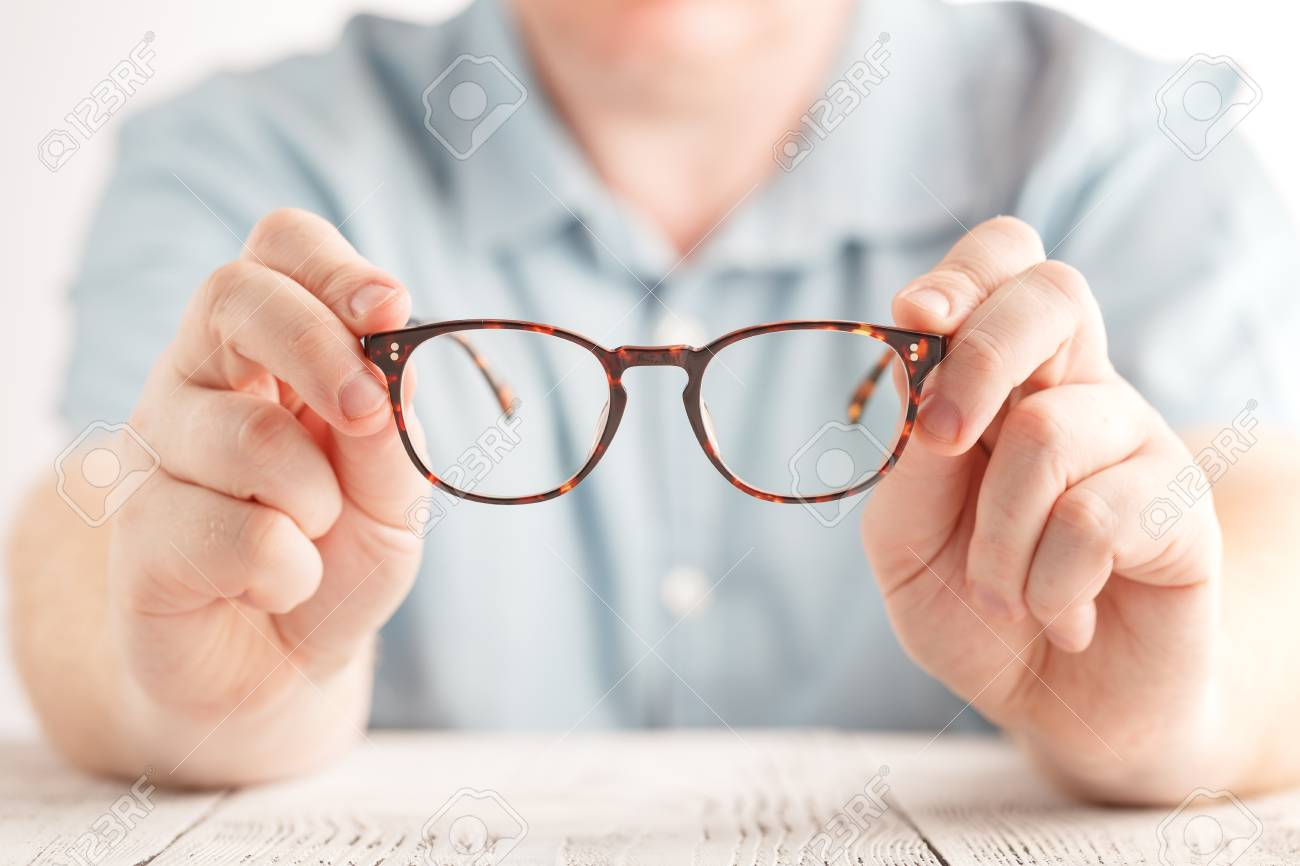 f30e5979465fd3 Optométriste Donnant De Nouvelles Lunettes Banque D Images Et Photos ...