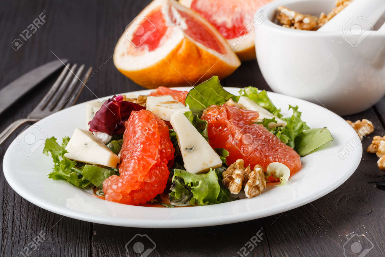 salad with grapefruit and blue cheese - 125029720