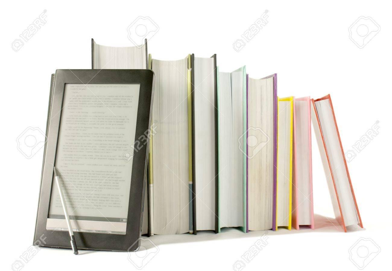 Rangee De Livres Imprimes Avec Lecteur De Livre Electronique Sur Fond Blanc