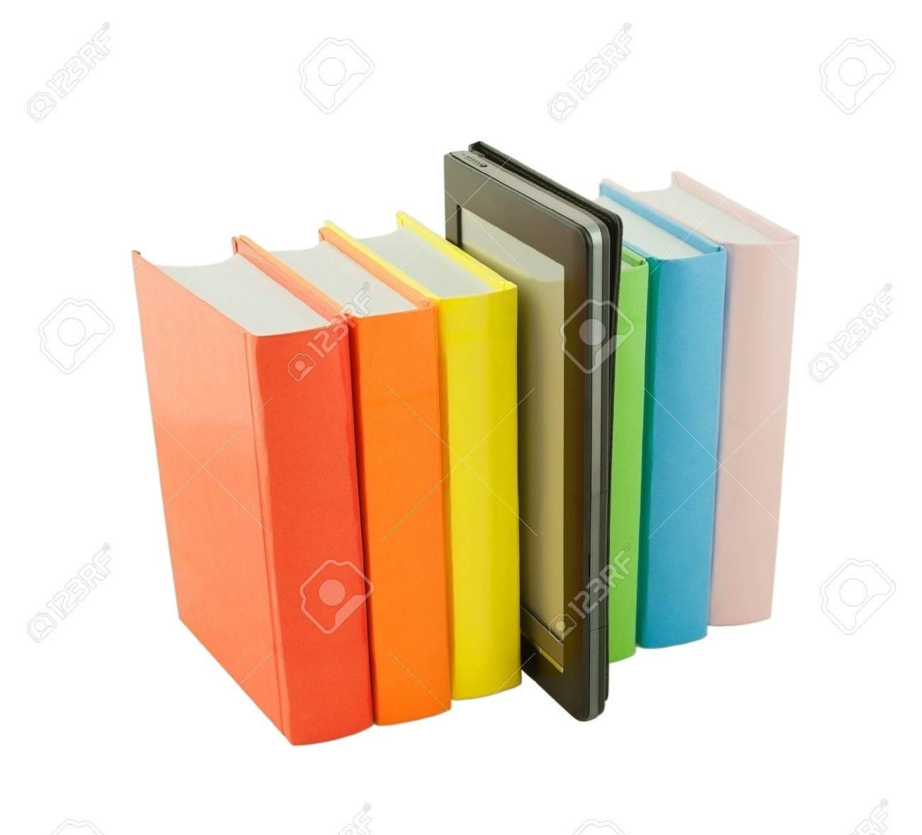Rangee De Livres Colores Et Lecteur De Livre Electronique Isole Sur Fond Blanc