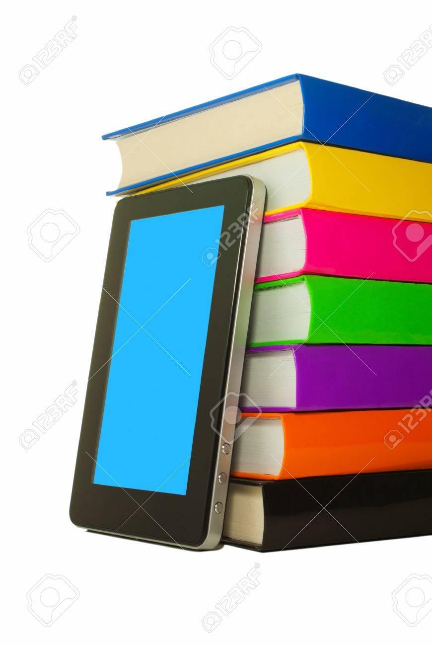Pila De Libros Coloridos Y Tablet PC Sobre Fondo Blanco Fotos ...