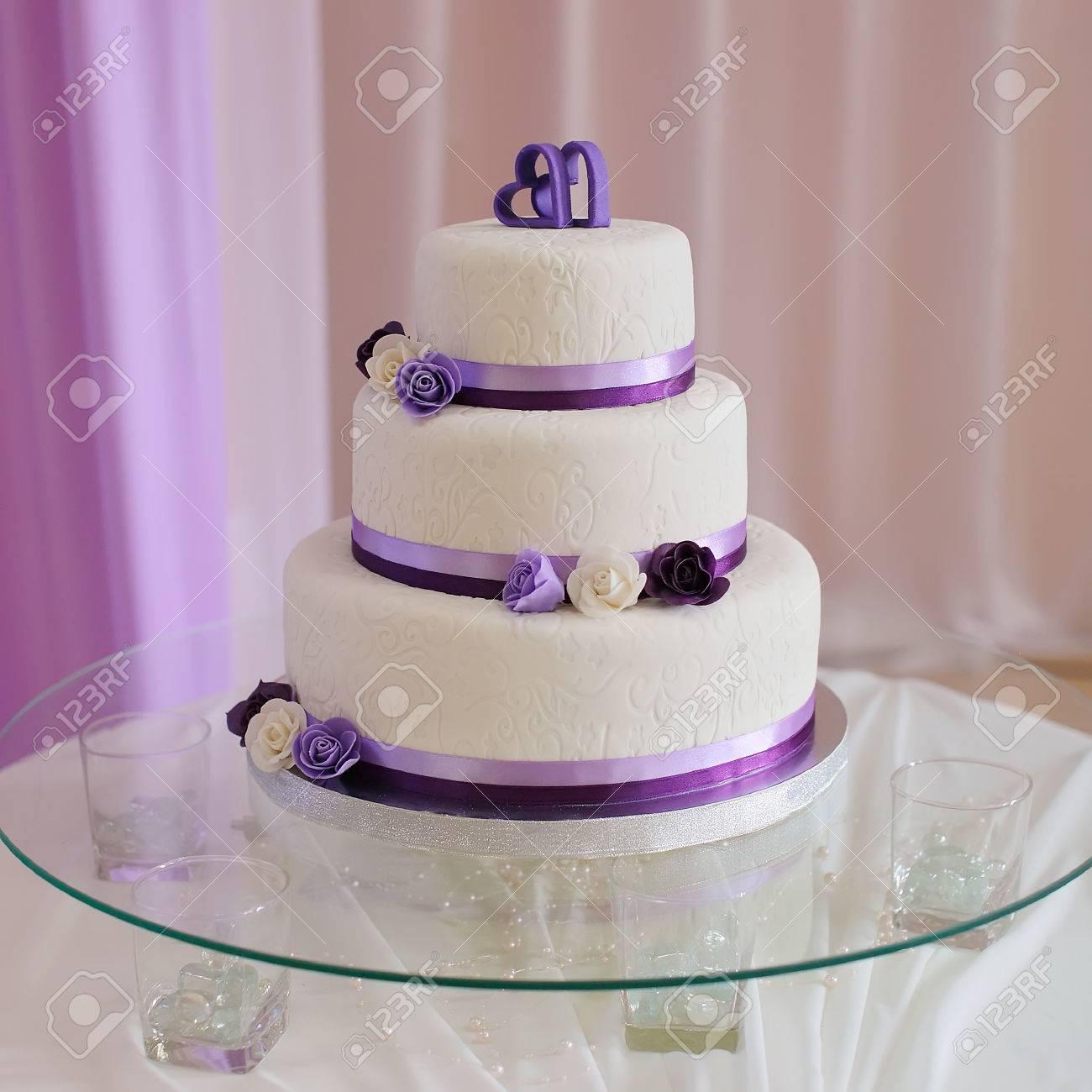 Weiße Hochzeitstorte Mit Lila Blumendetail Lizenzfreie Fotos Bilder