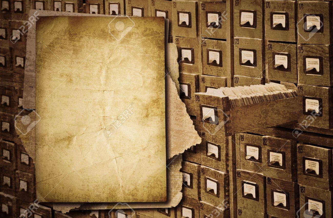 Montón De Documentos Antiguos Sobre Fondo De Gabinete De Archivo ...
