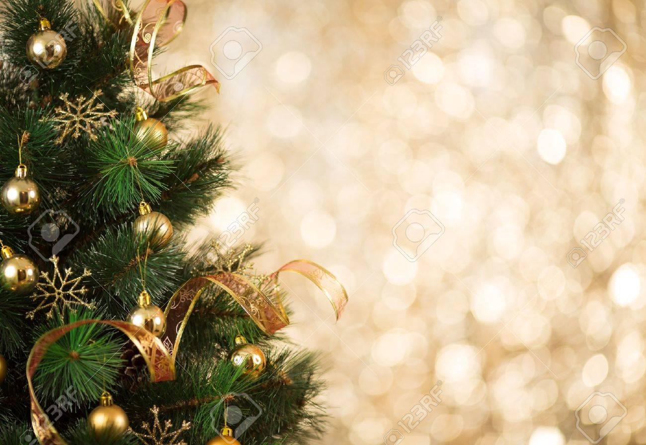 Fondo De Oro De La Navidad De Las Luces De Desenfocado Con árbol Decorado