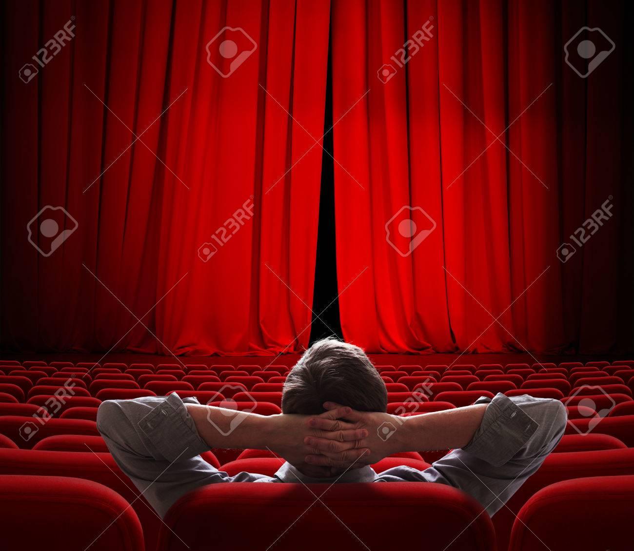 pantalla de cine cortinas rojas levemente abiertas por persona vip foto de archivo