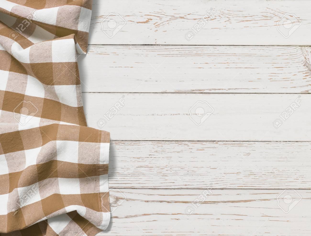 Nappe Plie Marron Avec Une Table En Bois Blanc
