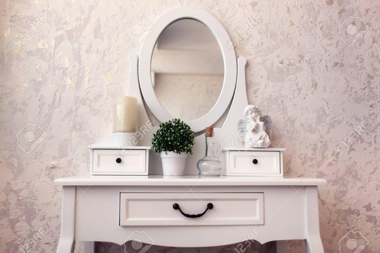 美しい木製ドレッシング テーブル ミラー白背景の壁紙に の写真素材