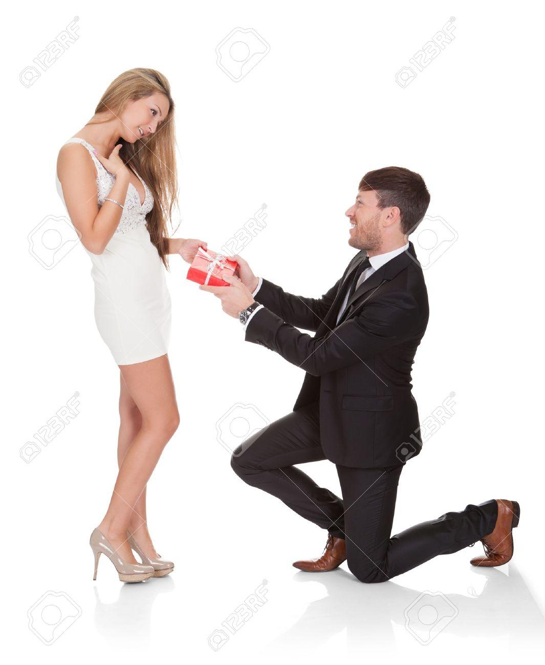 Фото парня на коленях перед девушкой 9 фотография