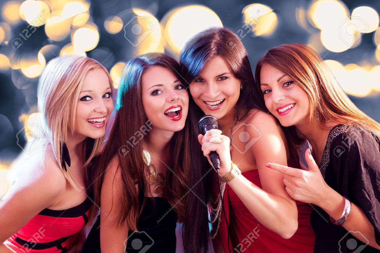 Девки поют