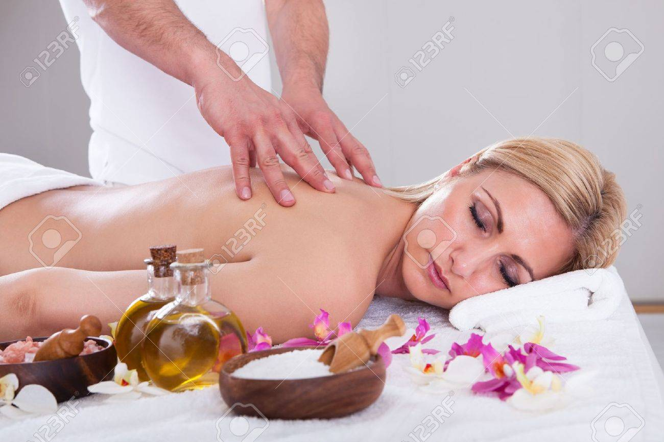 Beautiful Young Woman Getting Message At Spa Salon Stock Photo - 20983820