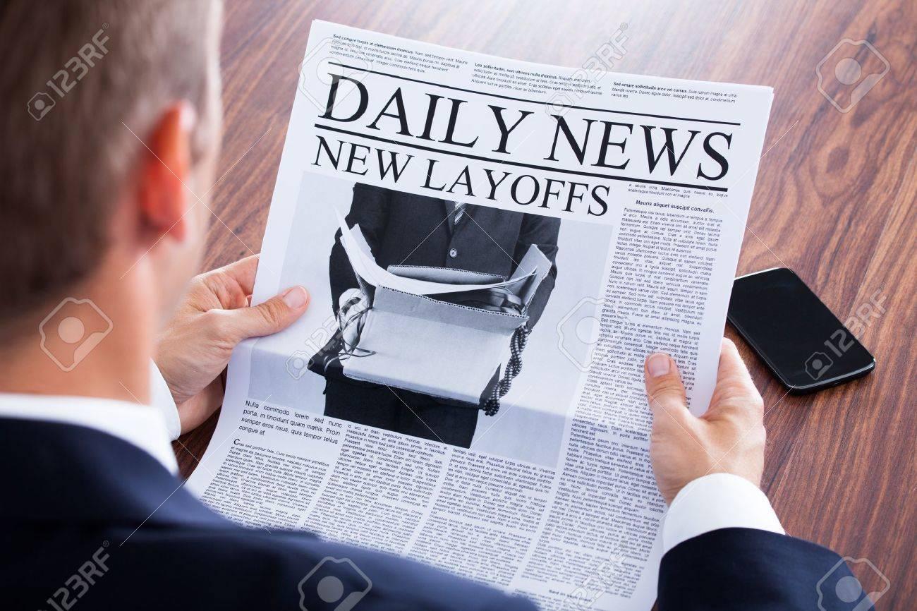 新聞のニュースを読むビジネスマ...