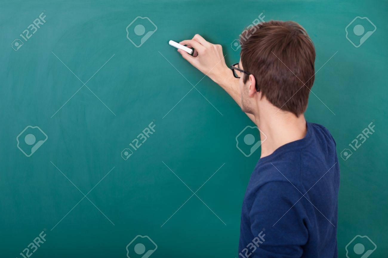 Rückansicht Eines Männlichen Studenten Schreiben Auf Tafel Mit ...
