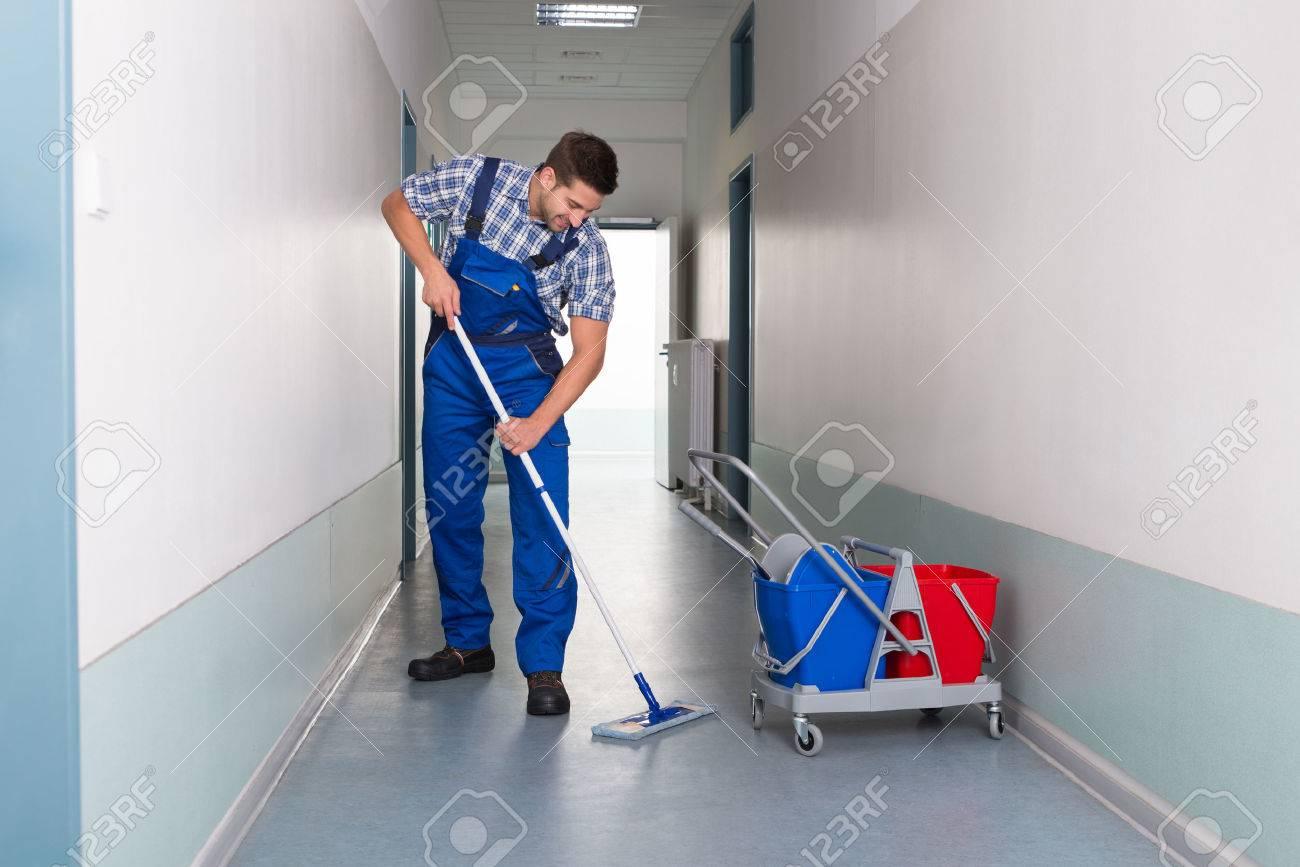 Longueur de jeune travailleur avec couloir de bureau de nettoyage