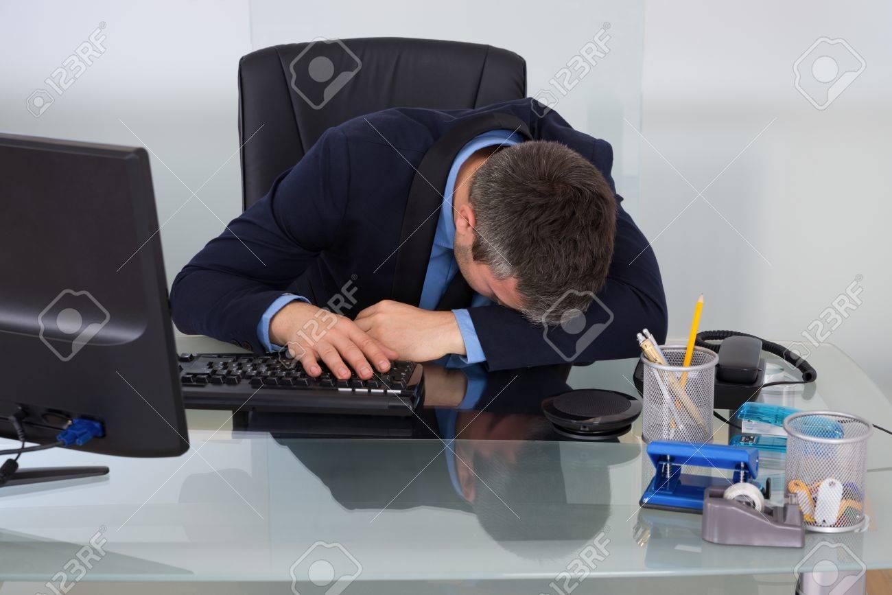 Homme d affaires surmené dormir sur le bureau au bureau banque d