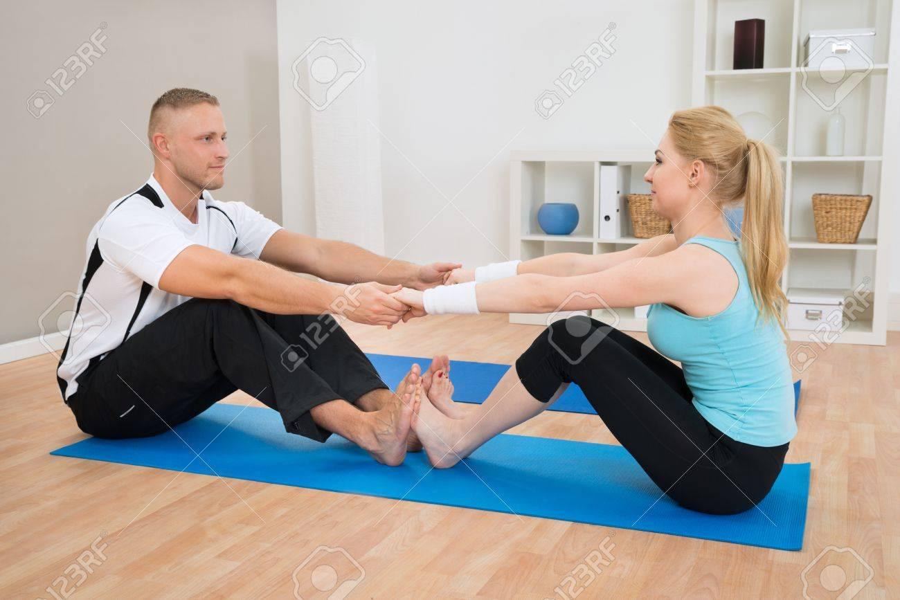 Jeune Couple Faire De L Exercice A La Maison Bleu Tapis De Sol